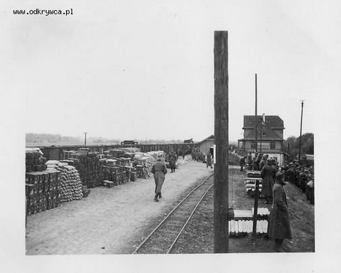 Stacja w Zajezierzu Niemcy załadowywują Polskich żołnierzy do pociągu