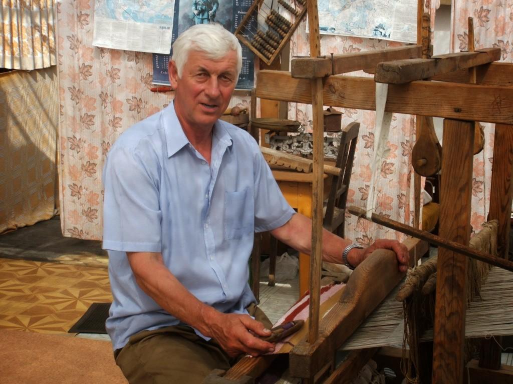 Stefan Siek przy warstacie tkackim